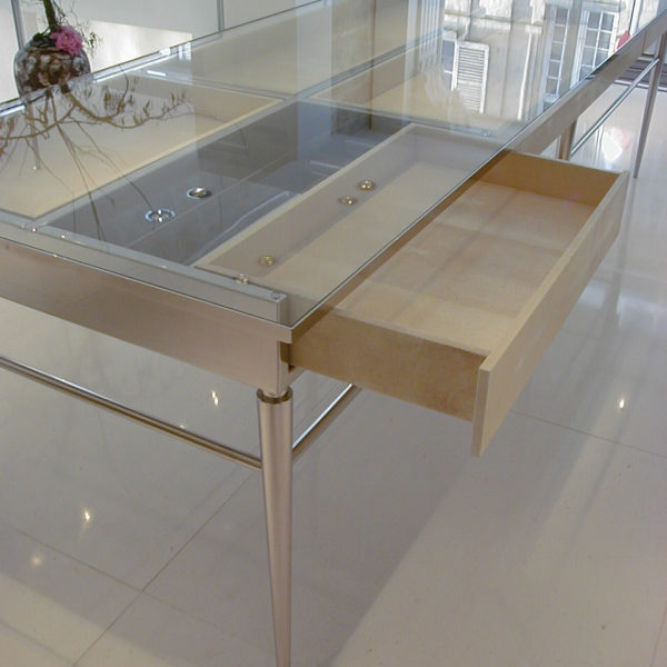 table de présentation article de luxe
